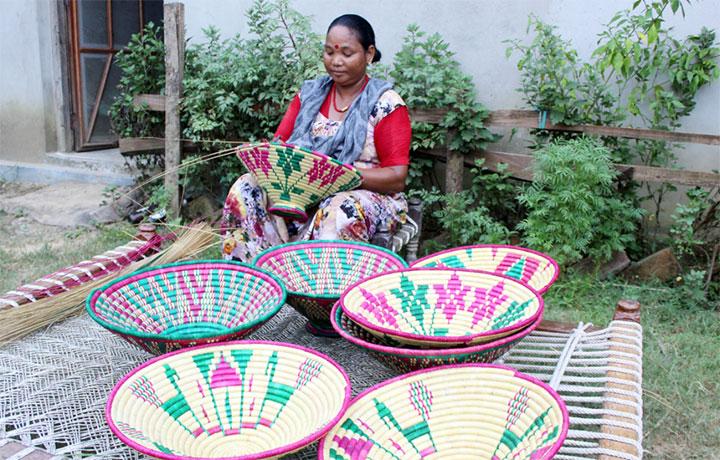 थारु महिलाः हस्तकलामे सिपार